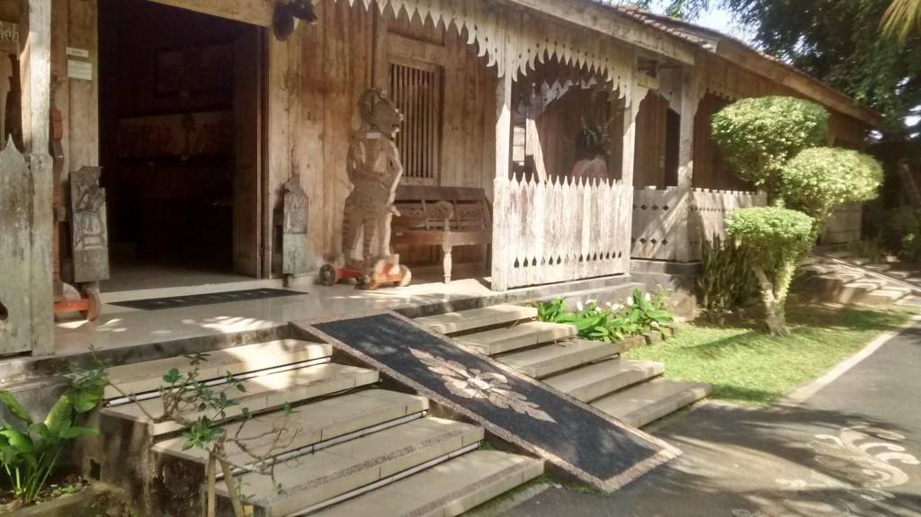 Ramp met mozaïek in het schaduwpoppenmuseum in Ubud.