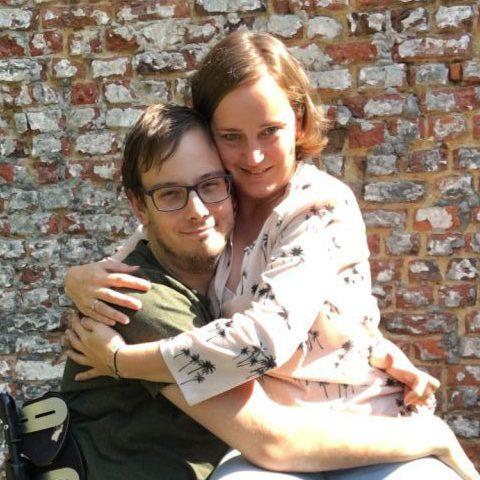 Hoe knuffel je iemand in een rolstoel?