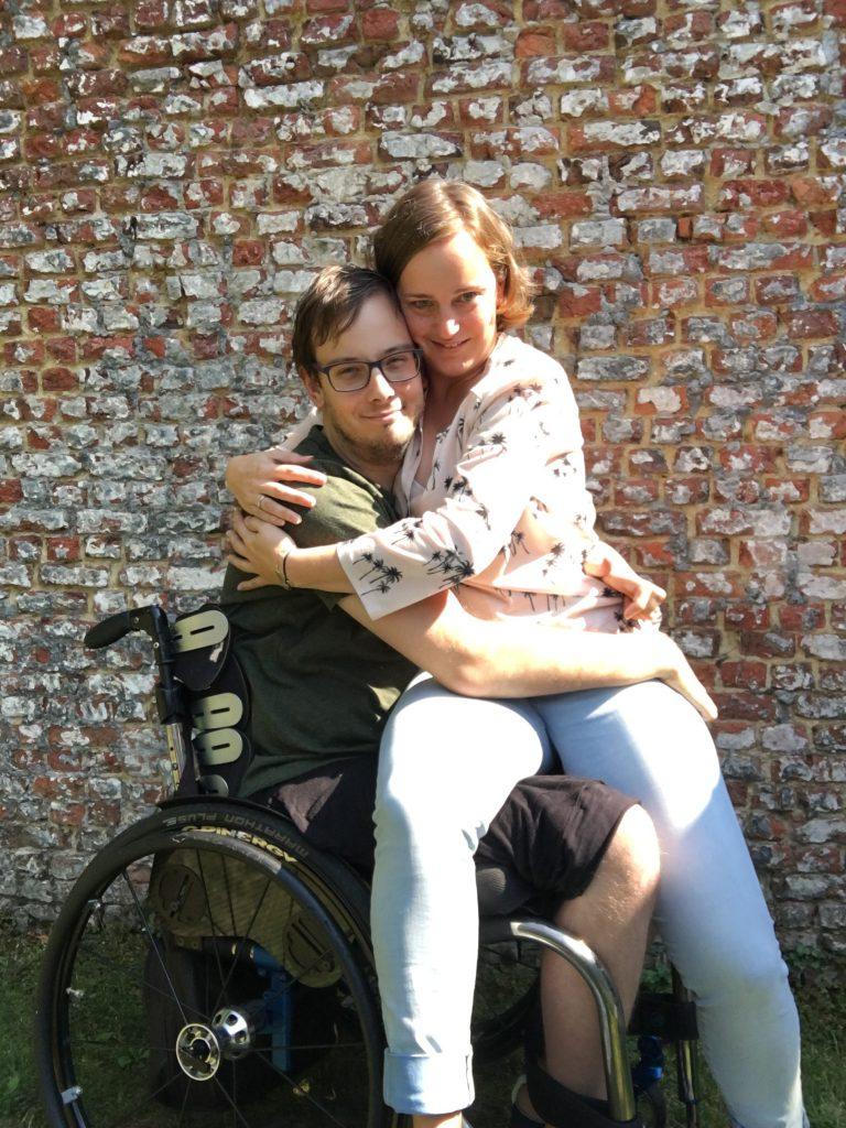 een knuffel in een rolstoel