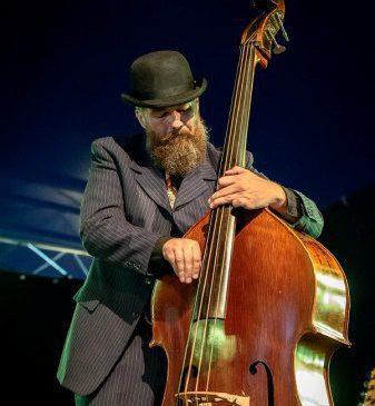 De man van gelukscoach Berte, muzikant