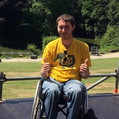 Guy Junior Stevens op rolstoelpodium tijdens festival