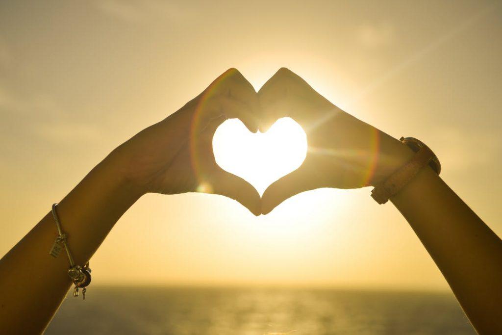 zonsondergang-handen-liefde