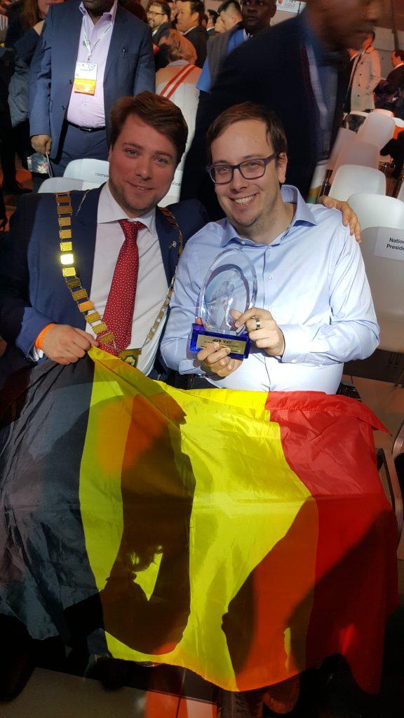 2017 TOYP winnaar Steven Claeys en JCI Belgium voorzitter Wout Danckaert